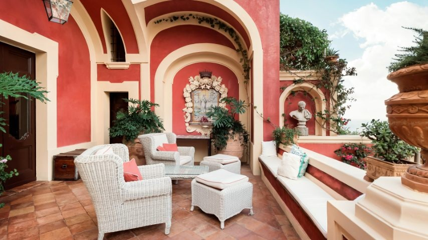 Questa villa dai soffitti affrescati è un perfetto esempio di stile barocco. Può accogliere fino a 9 ospiti ed è dotata, tra gli altri servizi, di spa, piscina e chef a domicilio.