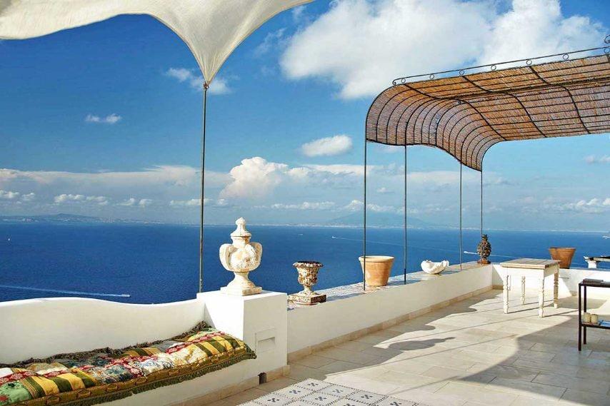 Villa Venere si trova a sbalzo sul mare, tra giardini fioriti e alberi di ulivo. Dalla sua terrazza si vedono le isole di Ischia, Procida e Capo Miseno e può accogliere fino a 10 ospiti.