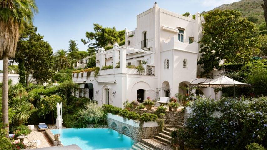 Sette camere da letto, una terrazza unica e degli interior di design: questa storica tenuta italiana ad Anacapri può ospitare fino a 14 persone.