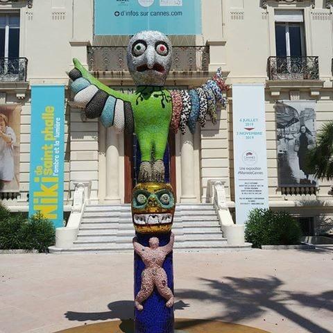 Scultrice, pittrice, artista visiva e regista, Niki de Saint Phalle, nata a Neuilly-sur-Seine nel 1930 e morta nel 2002 in California, Niki de Saint Phalle è stata uno degli artisti più importanti del secolo scorso con opere iconiche che hanno segnato la storia dell'arte, senza mai rinunciare alla sua femminilità.