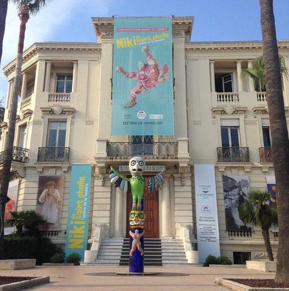 """Oltre alla musica, Cannes d'estate si anima grazie all'arte. Grande successo sta riscuotendo la mostra """"Niki de Saint Phalle, l'ombre et la lumière"""" esposta all'Art Center La Malmaison e a Villa Domergue."""