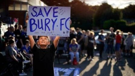 Bury escluso dalla Football League: i tifosi puliscono lo stadio
