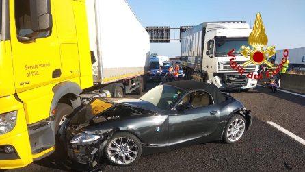 Tremendo scontro tra auto, camion e furgone: feriti e traffico in tilt sulla A1 fuori Milano