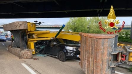 Tragedia sfiorata in Autostrada: escavatrice cade da un camion e schiaccia un pick-up