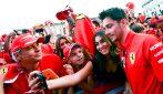 Festa Ferrari a Milano, Vettel e Leclerc si regalano selfie con i fan
