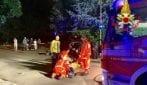 Auto finisce contro un muretto a Verano Brianza: due ragazzi restano incastrati tra le lamiere