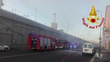 A fuoco capannone in via Sammartini: fumo nero invade i binari della stazione Centrale di Milano