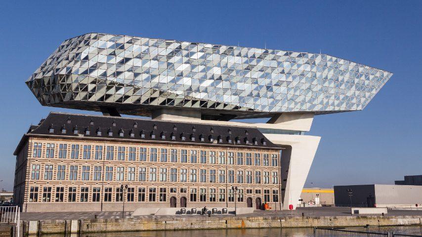 Dal 2009 il porto di Anversa in Belgio è stato investito da un piano di riqualificazione che ha preso il via dall'edificio portuale di Antwerp Port House progettato da Zaha Hadid. Il progetto dell'architetto iracheno, inaugurato nel 2016, ha visto la ristrutturazione di un edificio abbandonato in mattoni che ospitava una stazione dei pompieri. La sua particolare forma è caratterizzata da un corpo vetrato a forma di diamante che sovrasta la preesistenza.