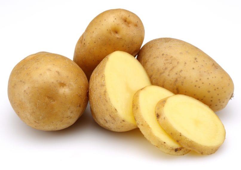 Immergete prima una patata nell'olio in modo che possa assorbire tutta l'acqua presente.
