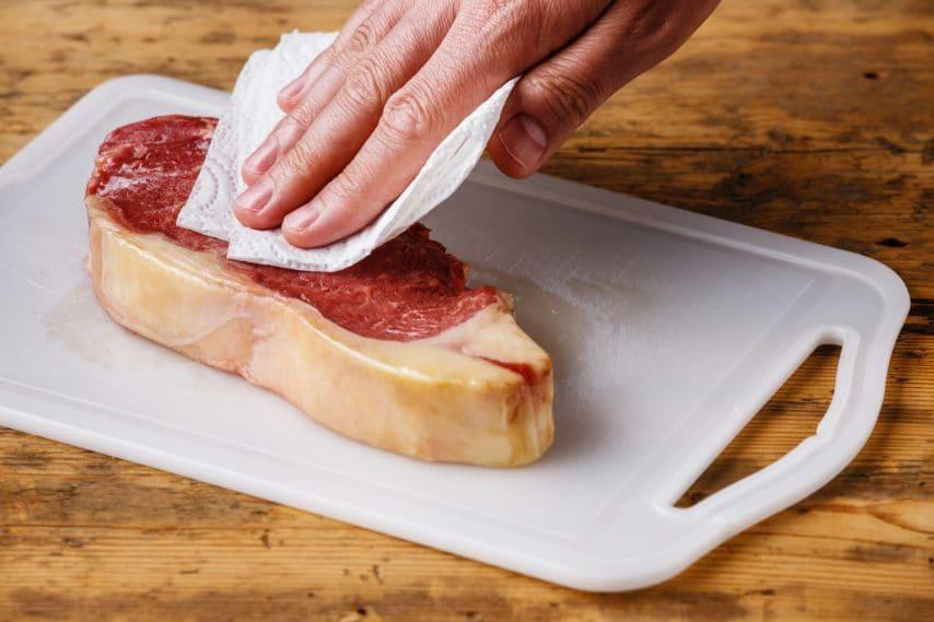 Asciugate gli alimenti prima di friggerli in modo da eliminare l'acqua in eccesso.