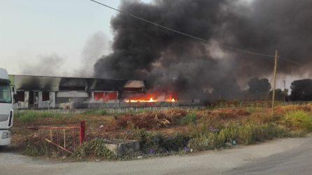 Incendio di pneumatici a Battipaglia: nube tossica sulla città