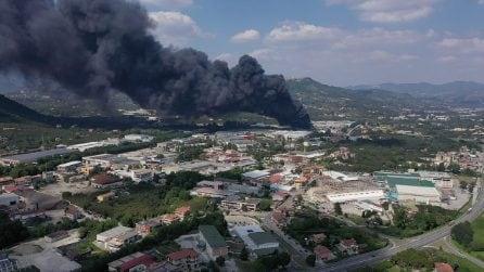 Incendio Avellino, brucia l'azienda Igs: la colonna di fumo è altissima