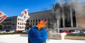 """Roma, la protesta degli studenti della Sapienza contro la presenza di Eni: """"Fa green washing"""""""