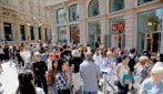 Milano, tutti in coda per l'apertura del primo store italiano di Uniqlo
