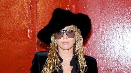 Miley Cyrus con i capelli effetto bagnato