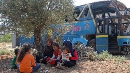 In un autobus abbandonato o dentro una roccia: così vivono le famiglie sfollate in Siria