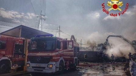Incendio in uno sfasciacarrozze di Cologno Monzese: in fiamme anche pneumatici, olio e carburante