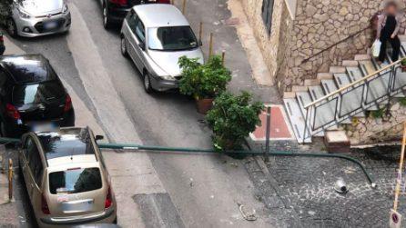 Vomero, cade un palo della luce in via Ugo Ricci tra due auto: tragedia sfiorata
