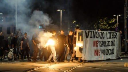 Milano, vetrine in mille pezzi e imbrattate: il corteo degli anarchici