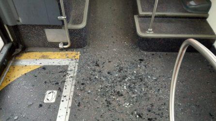 Napoli, ragazzini spaccano i vetri di un autobus: ferita una passeggera