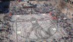 Milano, diecimila piatti vuoti in piazza Duomo contro la fame nel mondo
