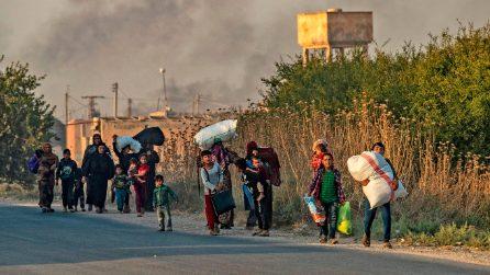 L'esodo di migliaia di curdi che lasciano il nord della Siria dopo l'arrivo dei militari turchi