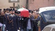 Velletri saluta il poliziotto Matteo Demenego morto a Trieste: la bara portata a spalla dai colleghi