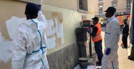 Insulti a Salvini sul muro di una chiesa di Bergamo: giovani migranti li cancellano
