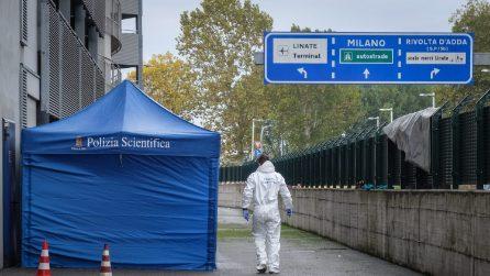 Milano, clochard trovato senza vita nel parcheggio di Linate: il corpo legato con filo di ferro