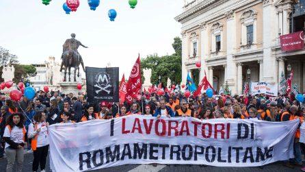 Sciopero a Roma: lavoratori delle municipalizzate riempiono piazza del Campidoglio