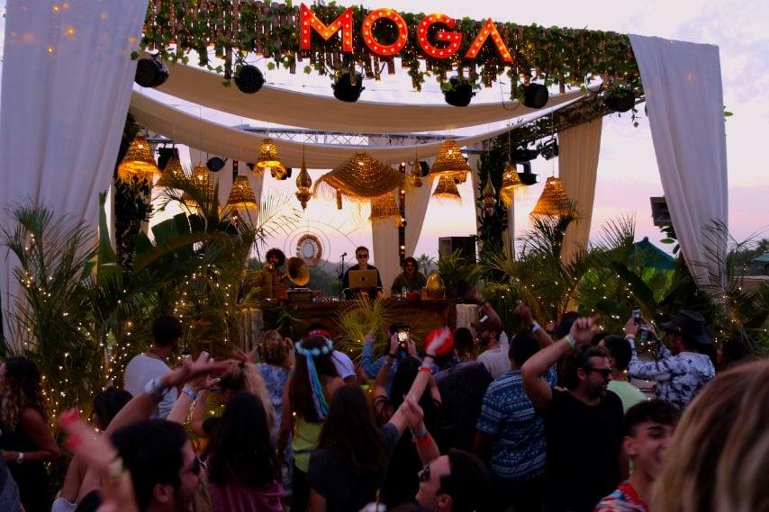 """""""Nel corso di un fine settimana, il globe-trotter di festaioli della tribù moga, proveniente da tutti gli orizzonti, ha preso appuntamento nella Cité du Vent, per ballare al ritmo della musica elettronica edonistica."""", raccontano gli organizzatori , """"Chiamata """"casa del deserto"""" o """" hippie house"""", MOGA ha dato il posto d'onore a questa tendenza emergente mescolando suoni orientali ed esotici con il ritmo profondo e ipnotico della musica da club"""". Photo credit:@Juliet Airs"""