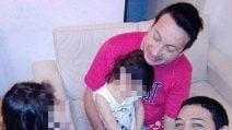 Ariel e Damian, i papà adottivi di Olivia e Victoria. La felicità di una famiglia arcobaleno