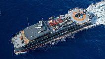 A bordo dello yacht di lusso pensato per 007 e tutti i suoi veicoli