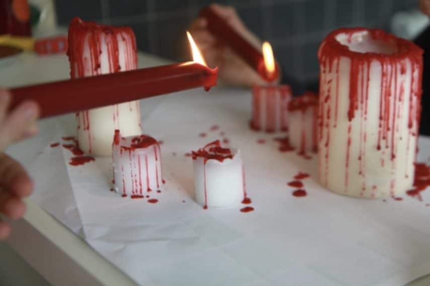 Le candele creano sempre un effetto macabro in casa. Che siano appese dal soffitto in perfetto stile Harry Potter o che siano gocciolanti sul tavolo, per Halloween le candele non devono mancare. Un modo ancora più pauroso per rendere le candele da brivido è quello di farle sembrare insanguinate sciogliendo delle candele di cera rosse o della tempera densa. Il risultato spaventoso è assicurato.