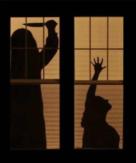 Quando la casa è illuminata un modo facile per spaventare i propri vicini ma anche i passanti che osservano le vostre finestre è far finta che ci siano spettri, omicidi o altre figure terrificanti nell'abitazione. Per riuscire a terrorizzare i malcapitati basta attaccare delle sagome di cartoncino nero alle finestre a grandezza naturale.