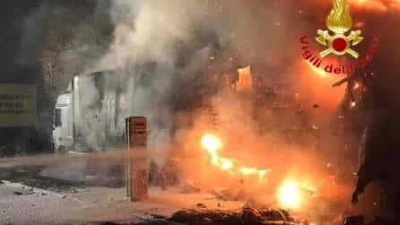 Camion a fuoco nei pressi di un distributore di benzina: paura nella notte a Melegnano