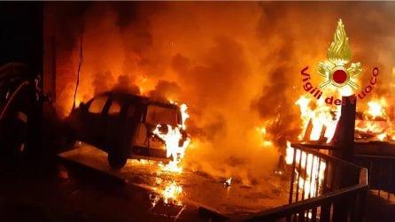 Milano, bruciano nella notte cinque auto: lo spaventoso incendio nel parcheggio di un asilo