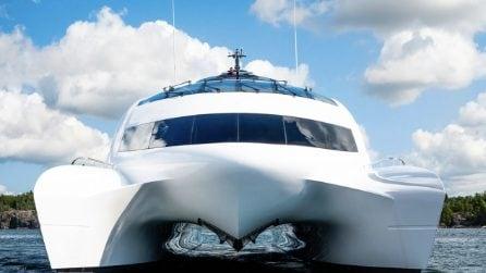 A bordo dello yacht che sembra un astronave