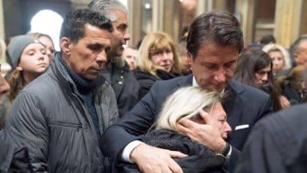 Alessandria, il premier Conte consola i familiari dei vigili del fuoco morti