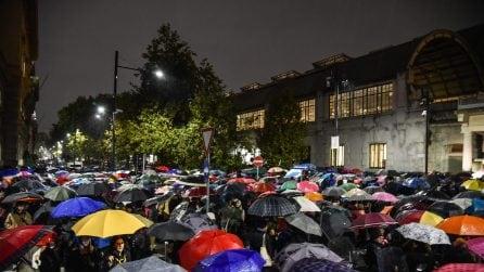 Milano, centinaia di persone sotto la pioggia al presidio per Liliana Segre