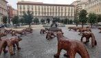 Napoli, ecco i lupi in Piazza Municipio: l'opera sarà esposta fino a marzo 2020