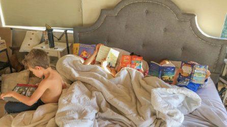 Niente tablet o smartphone ai figli: la mamma mostra a tutti gli effetti della sua decisione