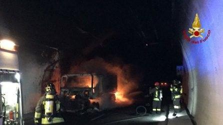 Tir in fiamme in una galleria sull'A10, persone intossicate