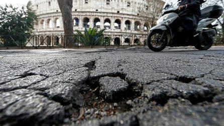 Roma: la pioggia torrenziale apre buche e crepe nell'asfalto