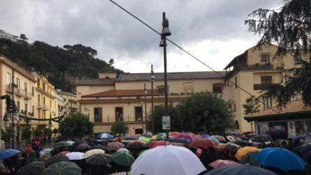 Sardine a Sorrento, centinaia di persone sotto la pioggia contro Salvini
