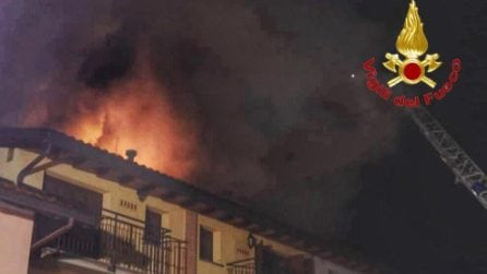Giussano, a fuoco il tetto di un palazzo: famiglie evacuate nella notte