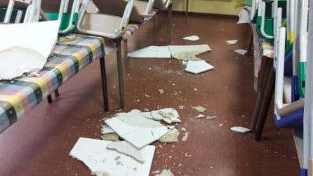 Crolla controsoffitto nella scuola elementare del Tufello, i pezzi di pannello in sala mensa