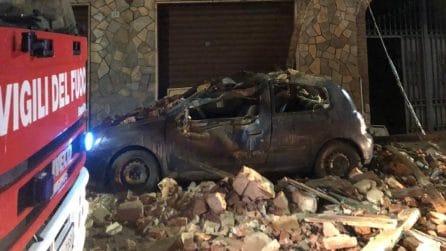 Tromello, palazzina crolla e distrugge un'auto in sosta: in salvo due persone