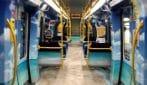 Milano, viaggio in metro tra foglie, spiagge e sport invernali: sulla Lilla pubblicità a 360 gradi