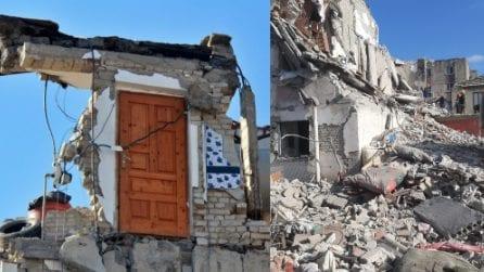 Terremoto Albania: la drammatica immagine della casa distrutta, resta in piedi solo la porta